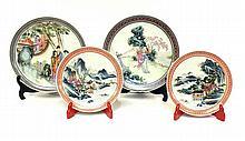 Lot compreant deux petites ASSIETTES en porcelaine à décor de paysage et deux gr