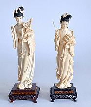 Deux SUJETS en ivoire sculpté et patiné noir, dames de cour tenant un bouquet de