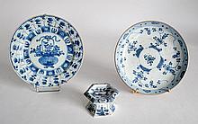 Lot comprenant deux ASSIETTES et un saleron hexagonal, en porcelaine de type ble