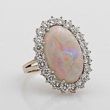 Damenring mit Opal, umrahmt v. Dia.-Brillanten zus. ca. 1,5cts., guter Farb- und Reinheitsgrad.