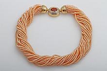 Orangefarbenes Zuchperlencollier mit Bajonett-Schließe bes. mit 1 ovalen Mandarin-Granat.