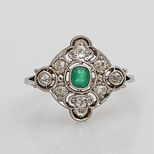 Damenring besetzt mit einem Smaragd und acht Altschliff- Diamanten.