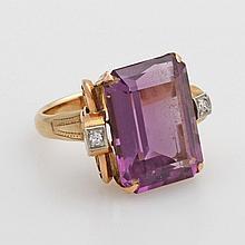 Damenring besetzt mit einem Amethyst u. zwei kl. Achtkant- Diamanten, Handarbeit.