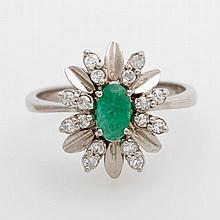 Damenring, bes. mit einem Smaragd u. kleinen Achtkant-Diamanten.