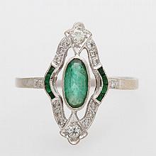Damenring, antik, bes. mit Smaragden u. kleinen Diamanten.