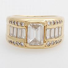 Damenring mit einem Diamant im Achteckigen Treppenschliff ca. 2 ct, W/ PI, sowie Diam. im Baguetteschliff, zus ca. 1,2ct, und Diam.-Brill. zus. 0,36ct, W-l.get.W/ VVS-PI.