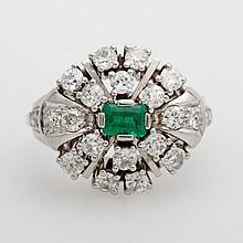 Damenring mit einem Smaragd (kleine Kerbe) und Diam.- Altschliff /-Rosen zus. ca. 1,3ct, W-get.W/ SI-PI.