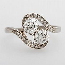 Damenring besetzt mit zwei Altschliff- Diamanten zus. ca. 1,1 cts, TW/ VVSI- VSI, sowie zwanzig kl. Diamanten.