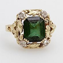 Damenring mittig bes. m. 1 grünen Turmalin (ca. 9 x 8mm) umrahmt von Rankenornamenten u. 4 kl. Diamantrosen.