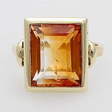 Ring, besetzt mit einem Citrin im Treppenschliff (leichte Gebrauchsspuren)