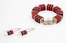Designer- Set: ein Armband und ein Paar Ohrhänger, Silber mit Kunstoff- Plättchen in rot u. schwarz.