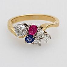 Damenring besetzt mit einem Altschliff- Diamant ca. 0,45 ct, drei Diam.- Brillanten zus. ca. 0,30 ct, LEICHT GET. WEIß/ VS- SI, sowie ein Rubin u. ein Saphir.