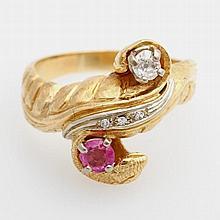 Damenring mit Schlangenkopf, bes. mit einem Altschliff-Diamant ca. 0,15ct sowie einem fac. Rubin