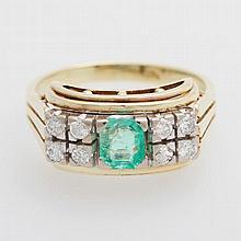 Damenring mit einem Smaragd (Rißchen) u. Diam.-Brill. zus. ca. 0,4ct, leicht get.-get. Weiß/ PI.