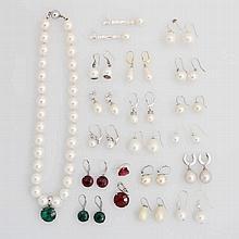 Konvolut: 20 Positionen Modeschmuck (davon auch Paare) Ohrschmuck mit Imitationsperlen/eine Kette Imiperle), Anhänger und Ohrhänger mit farbigen Steinen (rot/ grün)