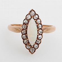 Damenring, antik, bes. mit einem navetteförmigen Opal sowie kleinen Diam.-Rosen.