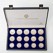 Sarajewo 1984 / Silber - 15 Silbergedenkmünzen aus Jugoslawien in Originalschatulle mit Zertifikat: 5 x 500 Dinara + 5 x 250 Dinara + 5 x 100 Dinara, 1982-1984,