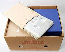 Briefmarken - Karton mit Künstlererstagsblättern in Alben und Versandtaschen.
