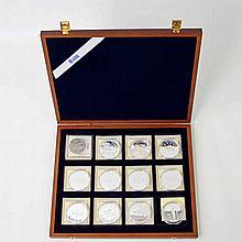 Medaillen / SILBER - Kleine Edelholzbox mit 13 Medaillen,