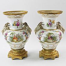 KPM BERLIN/WOHL DRESDENER HAUSMALEREI, Anfang 20. Jh.: Paar schöne Widderkopf-Vasen.