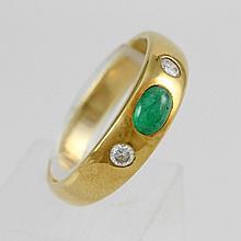 Damenring GG 18 K besetzt mit 1 Smaragd und 2 Brill. zus. ca. 0,18 ct Weiß / si.