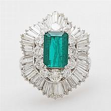 Damenring bes. m. 1 fac., synth. Smaragd (ca. 10 x 7mm) umrahmt von 12 Diam.-Brillanten u. Diamanttrapezen zus. ca. 3,5ct WEIß - GETÖNT / SI - PI.