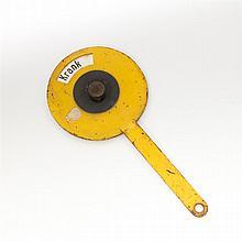 Historische Hinweiskelle aus Metall, 20.Jh. - gelb-schwarze Signalkelle mit drehbarer Anzeige