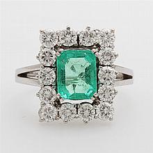 Damenring mit 14 Brill. zus. ca. 1,4ct., Feines Weiß-Weiß/ VS-SI (ein St. best.) u. ein fac. Smaragd im Treppenschliff in hellem, lebendigem grün, gute Transparenz.