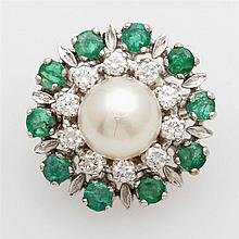 Perlkettenverkürzer besetzt mit einer Zuchtperle, umrahmt von zehn Smaragden u. zehn Diam.- Brillanten zus. ca. 0,50 ct.
