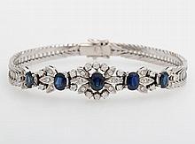 Armband m. blütenförmigem Mittelteil, bes. mit Saphiren u. kleinen Diam.-Brillanten zus. ca. 0,50ct.