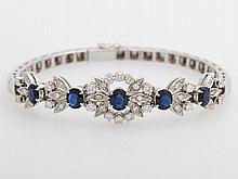 Armband m. blütenförmigem Mittelteil, bes. mit Saphiren sowie kleinen Diam.-Brillanten u. Achtkant-Diamanten.