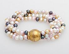 Armband mit vier Reihen Süßwasser-Zuchtperlen (z.T. gefärbt: rosa, gold, grau)mit einer Magnet-Schließe,