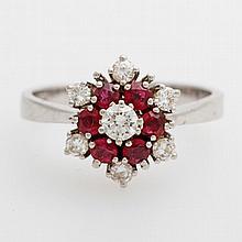 Damenring blütenförmig besetzt mit sechs rundfac. Rubinen u. sieben Diam.-Brillanten zus. ca. 0,40ct WEIß/ SI.