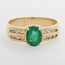 Damenring besetzt mit einem oval fac. Smaragd und seitlich je sechs Achtkant-Diam. zus. ca. 0,20ct, Weiß/ VS.