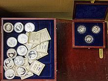 Karton mit 16 Holzboxen aus überwiegend Silbermedaillen und etwas GOLD,