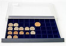 DDR - Tableau mit 15 Münzen und Medaillen,