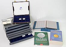 Zubehör - Umzugskarton voller Münztableaus in verschiedenen Größen sowie