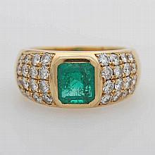 Damenring besetzt mit einem Smaragd, sowie 32 Diam.- Brillanten zus. ca. 1,2 cts, WEISS/ VSI.