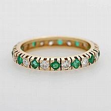 Memoire- Ring rundum im Wechsel besetzt m. Diam.- Brillanten ca. 0,40 ct, und Smaragde.