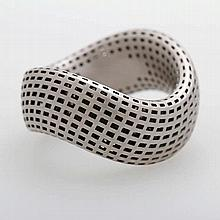CHRISTIAN BAUER Ring in geschwungener Form mit matter, strukturierter Oberfläche.