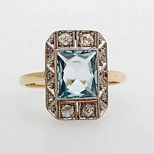 Damenring im Stil des ART DECO besetzt mit einem fac. Aquamarin (8 x 7mm) entouriert v. Diamantrosen.