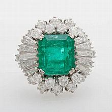 Damenring bes. m. einem fac. Smaragd (10,5 x 9,5mm), 18 Diam.-Brillanten u. 10 Diam.-Trapezen zus. ca. 1,5cts WEIß/ VS.