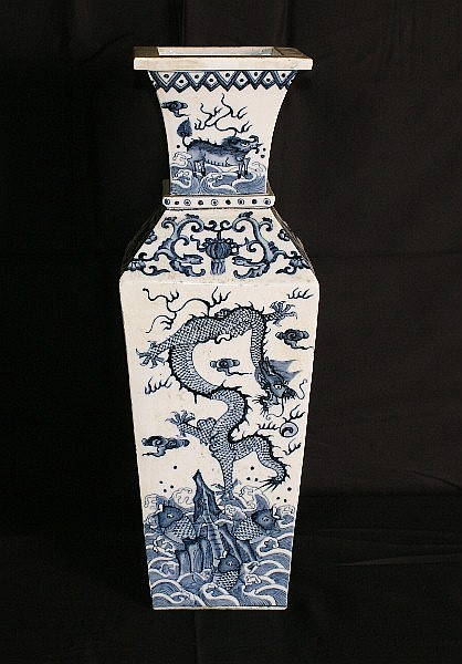 Large Chinese 19th C porcelain vase. H:18.5