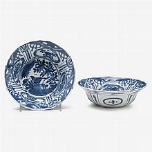 A pair of Chinese blue and white porcelain export bowls, late ming dynasty