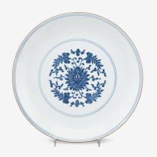 A Chinese blue and white porcelain export plate decorated with a lotus medallion and a glazed rim edge, qianlong seal mark, qing dyn...