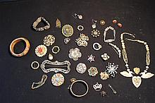 SELECTION OF OLD COSTUME JEWELRY