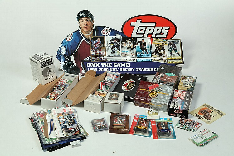 GROUP OF SPORTS MEMORABILIA AND TRADING CARDS.