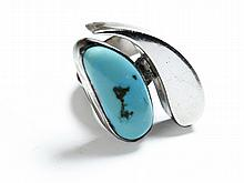 AMERICAN INDIAN LADIES STERLING SILVER AND TURQUOISE RING.