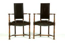 PAIR OF ARMCHAIRS WITH LEATHER SEATS AND BACK.