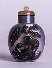CHINESE TWO TONE AGATE SNUFF BOTTLE
